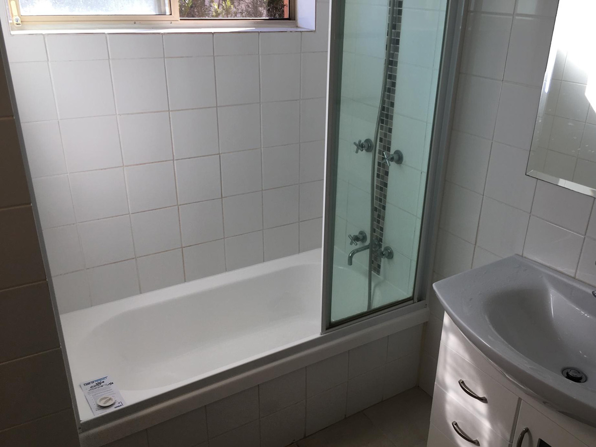Everton Park QLD Bath Repair with Original Screen Removal and Refit After